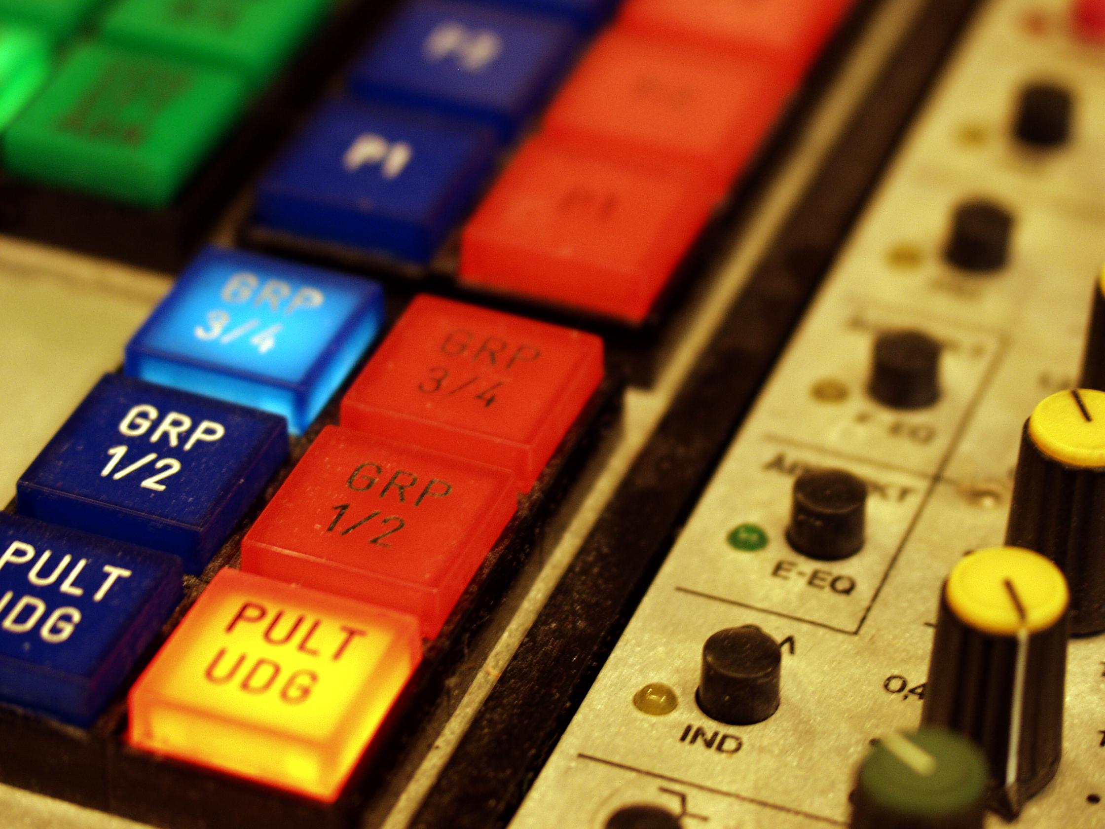 Røde knapper på pult